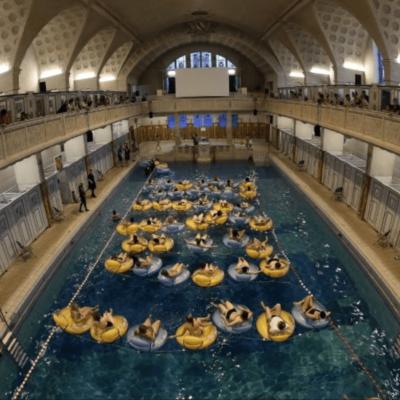 200 spectateurs visionnent les «Dents de la mer» dans un bassin