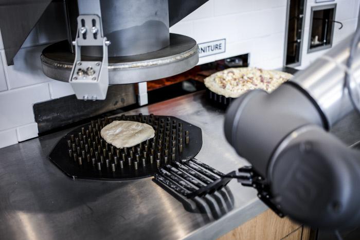 Concet de show cooking, le client assiste a toutes les étapes de la création de sa pizza