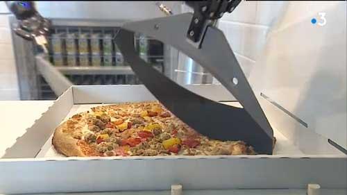 Découpe de la Pizza par le robot Pazzi