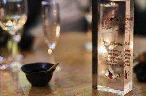Photographie du trophée - Bloc rectangulaire carré transparent avec le logo du Secours Populaire
