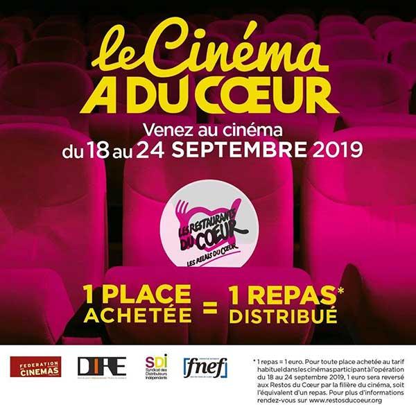 """Plan serré sur une rangée de fauteuils rose framboise de cinéma. Texte """"Venez au cinéma du 18 au 24 septembre 2019"""" 1 place achetée = 1 repas distribué"""