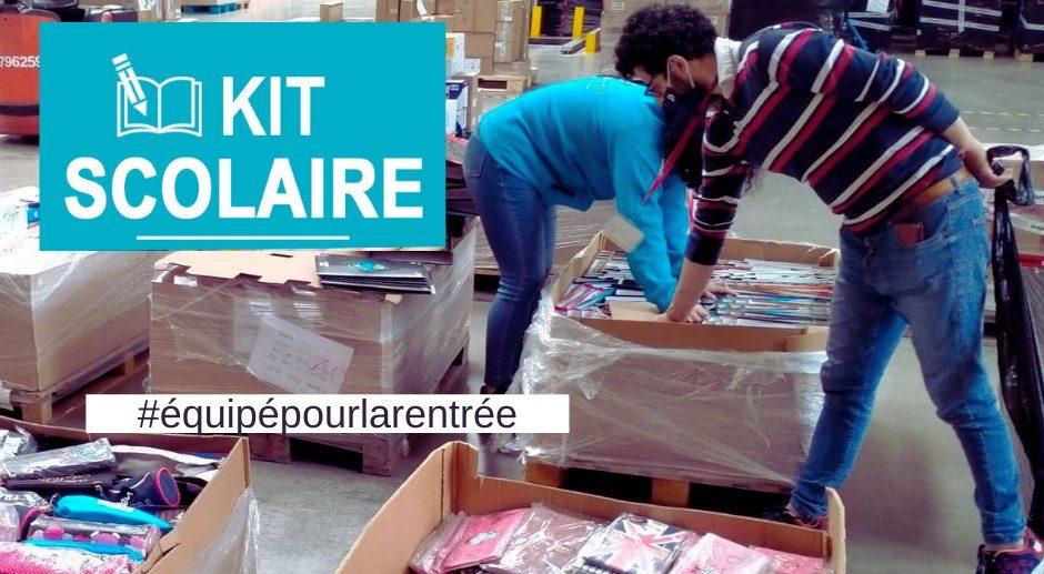 Déballage de cartons de trousses et cahiers dans un entrepôt